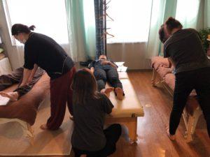 足の裏から腰痛の効くポイントを教えました。