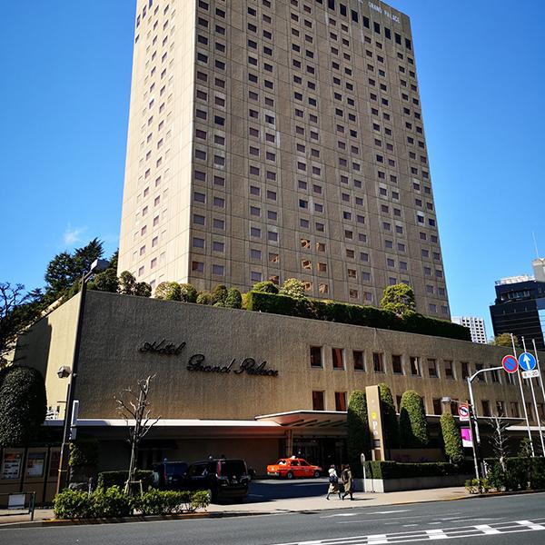 左手にホテルグランドパレス